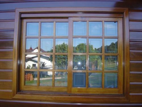 janela de madeira com vidro